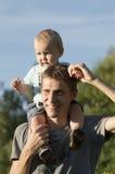 El padre está caminando con el bebé Imagen de archivo libre de regalías