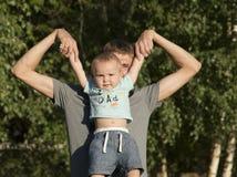 El padre está caminando con el bebé Fotografía de archivo libre de regalías