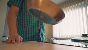 El padre está cocinando la cena para sus niños en la cocina casera metrajes