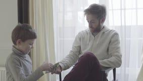 El padre está de acuerdo con el niño El padre da a su pequeño dinero suelto del hijo relación del Padre-hijo almacen de video