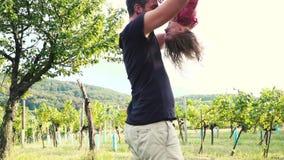 El padre está jugando con su hija al aire libre almacen de video