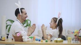 El padre está jugando a un juego con su hija Están jugando con sus manos agradables e interesantes, el juego infantil