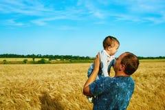 El padre está hablando con su niño sonriente feliz de la hija con el padre Retrato de la familia Padre e hijo Fotos de archivo