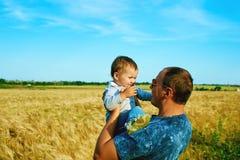 El padre está hablando con su niño sonriente feliz de la hija con el padre Retrato de la familia Padre e hijo Foto de archivo