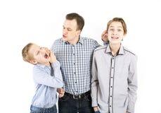El padre estricto castiga a sus hijos Imagen de archivo