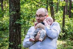El padre feliz detiene a su hijo del tesoro Imagen de archivo