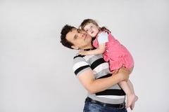 El padre feliz detiene y abraza a su pequeña hija Foto de archivo libre de regalías