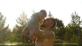 El padre feliz que se divierte lanza para arriba en el niño en la puesta del sol, familia, viaje, vacaciones, día del ` s del pad metrajes