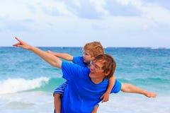 El padre feliz y el hijo que juegan en el mar vacation Fotos de archivo libres de regalías