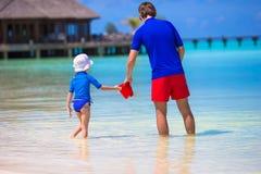 El padre feliz y la pequeña hija se divierten encendido imágenes de archivo libres de regalías