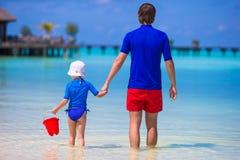 El padre feliz y la pequeña hija se divierten encendido fotos de archivo libres de regalías