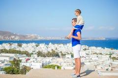 El padre feliz y la pequeña muchacha adorable en Mykonos durante Griego del verano vacation Fotos de archivo