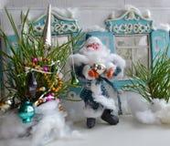 El padre Frost está adornando el árbol del Año Nuevo Foto de archivo libre de regalías