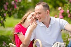 El padre joven hermoso y la pequeña hija bonita abrazan al aire libre Fotografía de archivo libre de regalías