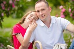 El padre joven hermoso y la pequeña hija bonita abrazan al aire libre Imágenes de archivo libres de regalías