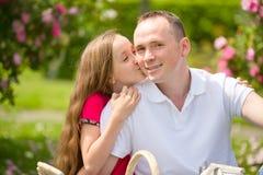 El padre joven hermoso y la pequeña hija bonita abrazan al aire libre Fotografía de archivo