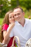 El padre joven hermoso y la pequeña hija bonita abrazan al aire libre Fotos de archivo libres de regalías