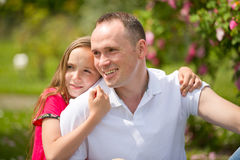 El padre joven hermoso y la pequeña hija bonita abrazan al aire libre Imagenes de archivo