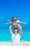 El padre joven y su pequeña hija adorable en la playa tropical vacation Foto de archivo libre de regalías
