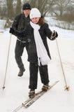 El padre, la hija y esquís. Foto de archivo libre de regalías
