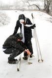El padre, la hija y esquís. Foto de archivo