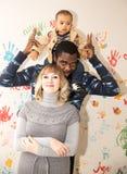 El padre, la mamá y el bebé felices del negro de la familia lo utilizan para un niño, parenting Fotos de archivo libres de regalías