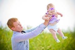 El padre lanza a la hija Imagenes de archivo