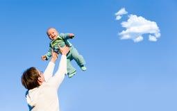 El padre lanza para arriba a su hijo Imagenes de archivo