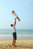 El padre lanza a su niño infantil Imagen de archivo