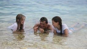 El padre muestra a hijas de la cáscara metrajes