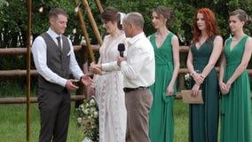 El padre pasa a la hija al novio en casarse al aire libre, papá da las manos de la hija al futuro marido, metrajes