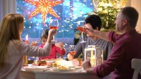 El padre pone los pedazos de pavo en las placas durante comida de la Navidad almacen de metraje de vídeo