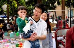 Pengzhou, China: Hijo que lleva del padre Fotos de archivo