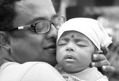 El padre que lleva a cabo una demostración del bebé eeryday es el día de padre imagenes de archivo