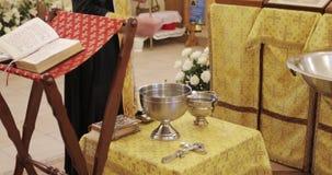 El padre santo santifica el agua en la iglesia ortodoxa almacen de video