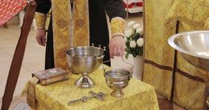 El padre santo santifica el agua en la iglesia ortodoxa metrajes