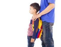 El padre toma al niño para ir a la escuela imagen de archivo