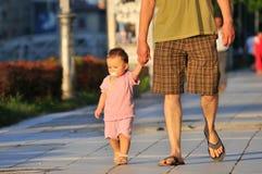 El padre toma al niño para la caminata Fotografía de archivo libre de regalías