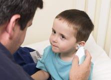 El padre toma a hijos temperatura fotos de archivo libres de regalías