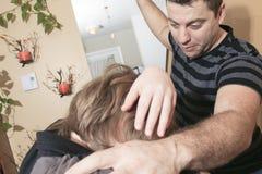El padre violento golpeó al adolescente de la familia Fotografía de archivo