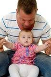 El padre y el bebé están jugando Foto de archivo