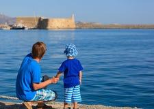 El padre y el hijo en el mar vacation en Grecia Fotos de archivo libres de regalías
