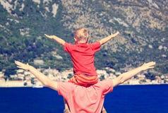 El padre y el hijo en el mar vacation en montañas Foto de archivo
