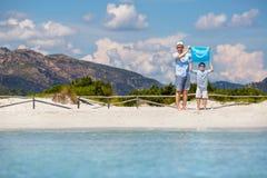 El padre y el hijo jovenes en la playa tropical vacation Foto de archivo libre de regalías