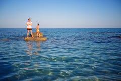 El padre y el hijo jovenes en la playa tropical vacation Imagen de archivo