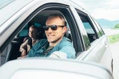 El padre y el hijo miran hacia fuera de la ventanilla del coche imagen de archivo libre de regalías