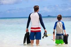El padre y el hijo van a bucear Imagenes de archivo