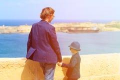 El padre y el hijo viajan en Malta, Europa Fotos de archivo libres de regalías