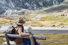 El padre y el hijo viajan juntos en las montañas Durmitor, lunes del otoño Fotos de archivo libres de regalías