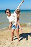El padre y el niño pasan feliz el tiempo junto Imagen de archivo